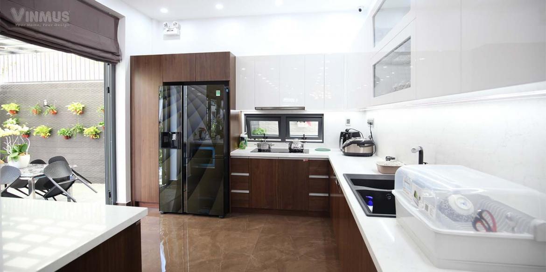Tủ bếp có sự kết hợp hài hòa tối ưu giữa màu gỗ walnut sang trọng và màu trắng tinh khôi
